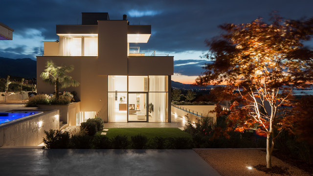 Smart home automation Luxus Villa Licht See Abendstimmung